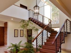 Tại sao nên thiết kế giếng trời kết hợp cầu thang ? Cách trang trí giếng trời cầu thang